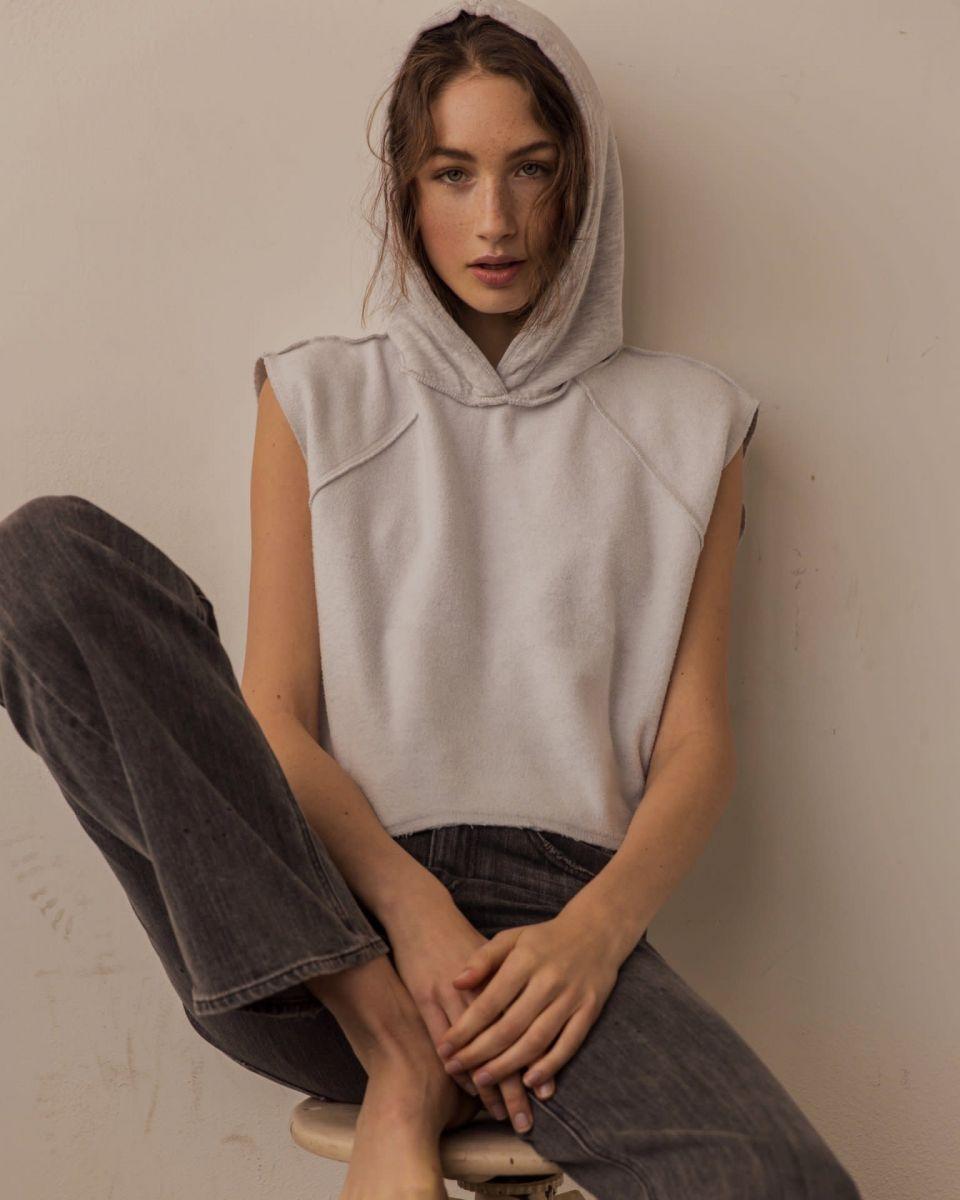 Balistarz-model-Sienna-Feher-portrait-shoot-on-a-stool-in-casual-clothing