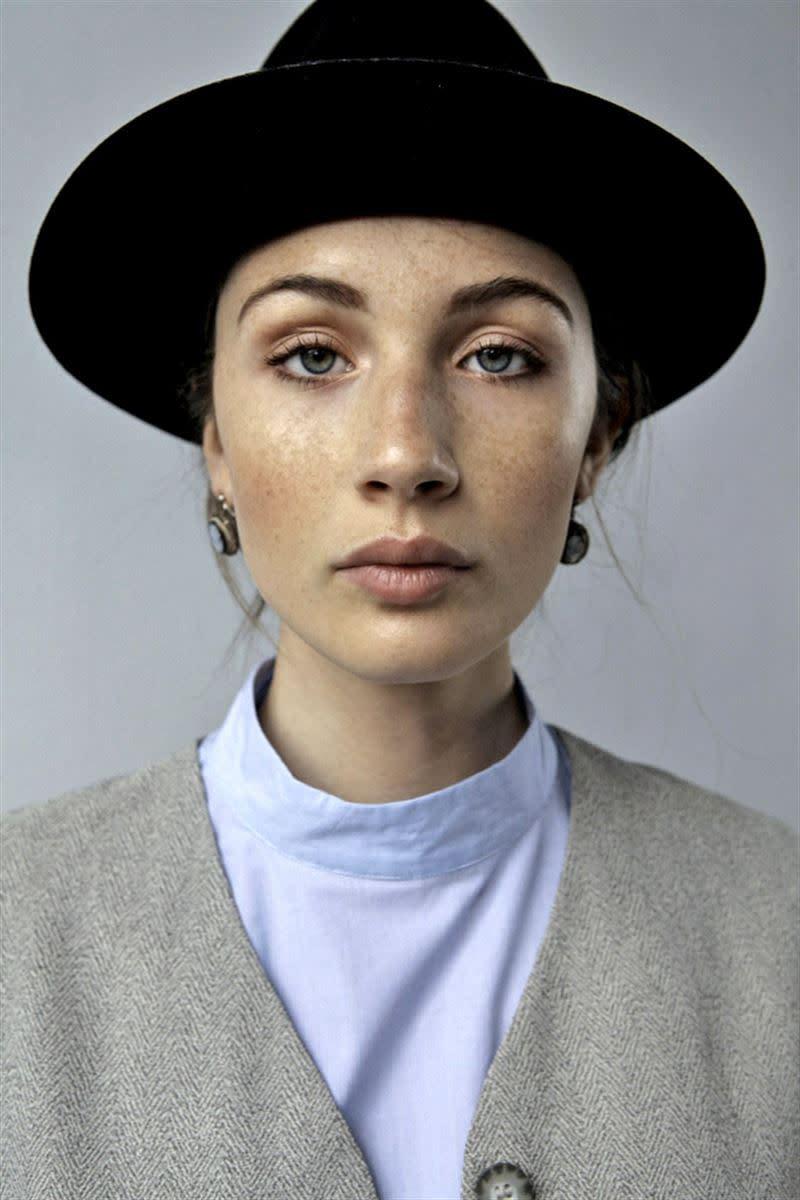 Balistarz-model-Sienna-Feher-portrait-profile-shoot-in-fashion-clothing