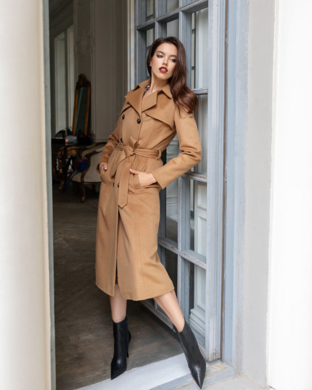 Balistarz-model-Sofia-Darrigo-portrait-shoot-in-a-brown-coat-in-a-doorway