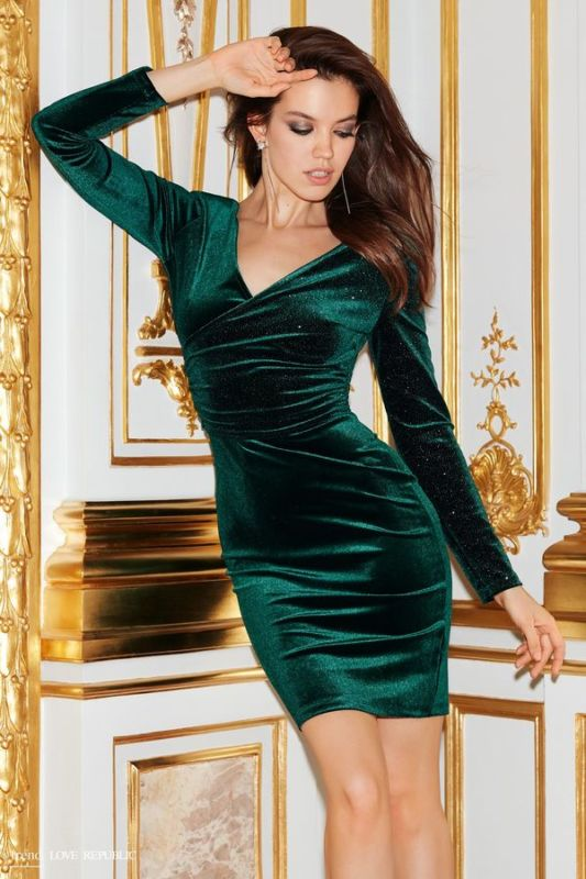 Balistarz-model-Sofia-Darrigo-portrait-casual-shoot-in-a-green-dress-in-front-of-a-gold-and-white-door