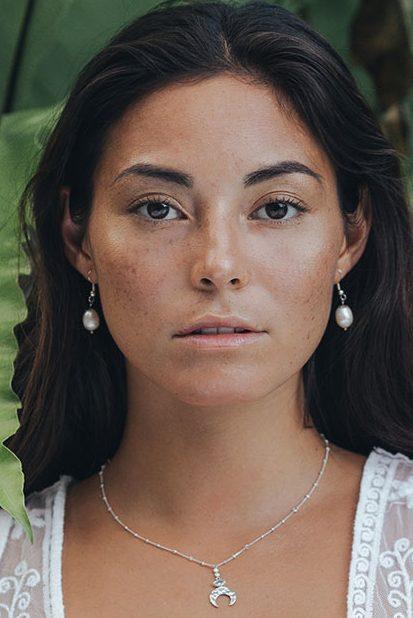 Balistarz-model-Stephanie-Baier-portrait-shoot-Perle-de-jade-collier-croissant-lune-argent-quartz-blanc