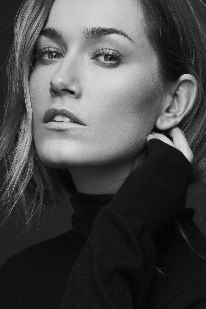 Balistarz-model-Svenja-Van-Beek-headshot-portrait-shoot-black-turtleneck