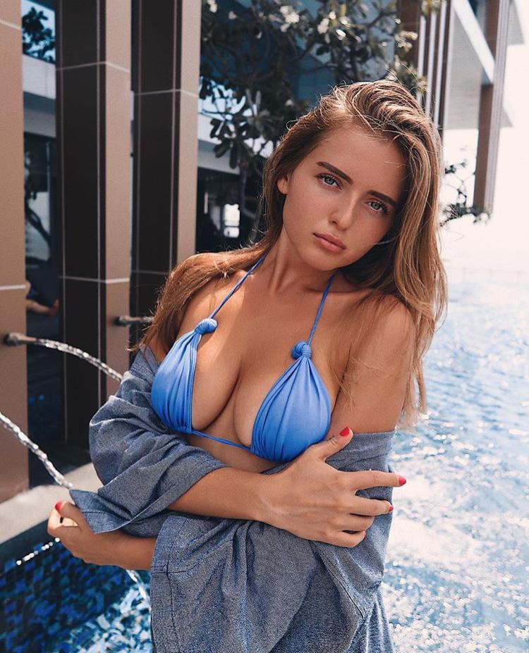 Balistarz-model-Tanusha-Tatiana-Mishenka-portrait-shoot-in-a-blue-swimsuit-with-a-pool