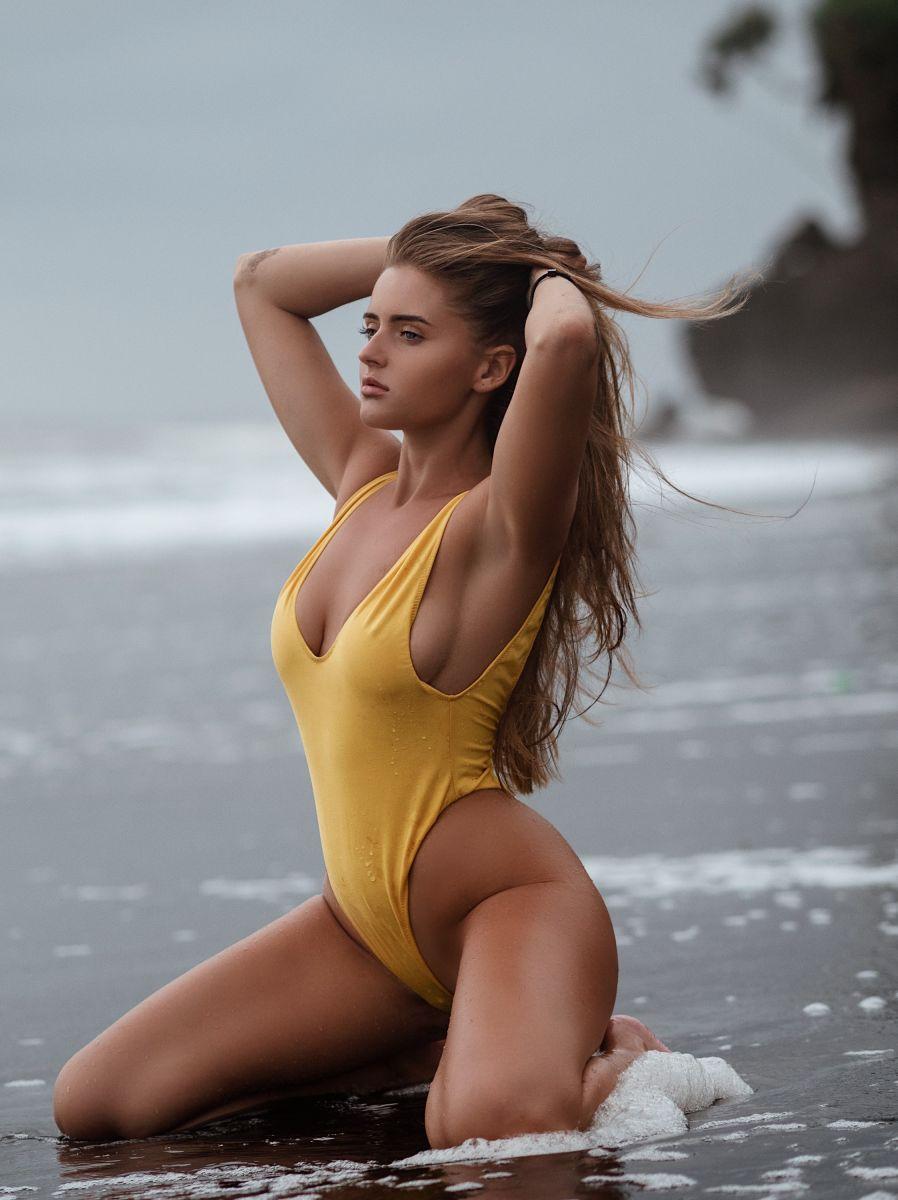 Balistarz-model-Tanusha-Tatiana-Mishenka-portrait-shoot-in-a-yellow-tankini-at-the-beach