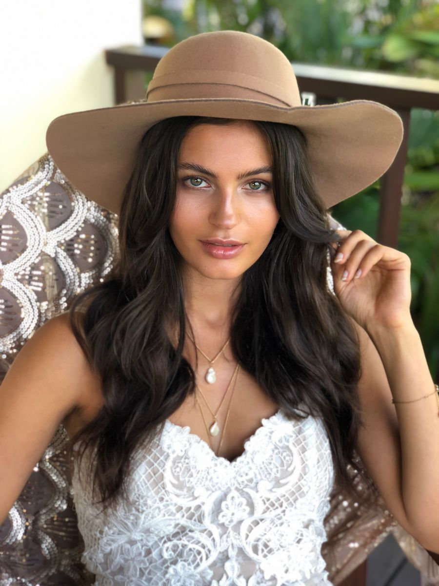 Balistarz-model-Thea-Bull-portrait-shoot-sitting-in-casual-clothing-and-a-hat