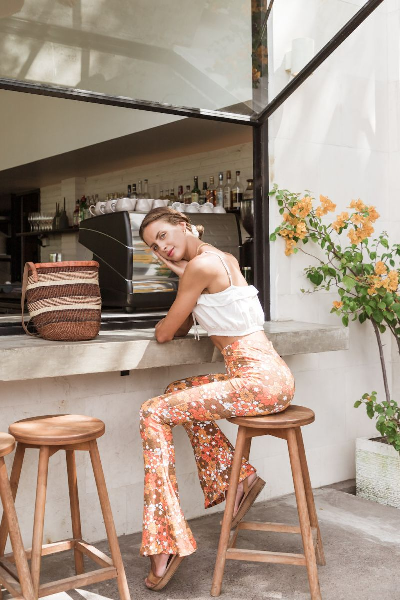 Balistarz-model-Therese-Hansen-portrait-shoot-on-a-stool-infront-of-a-shop-with-flowers