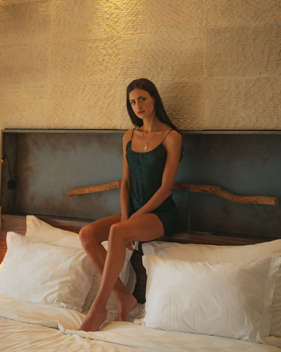 Balistarz-model-Therese-Hansen-casual-shoot-portrait-bed-sit
