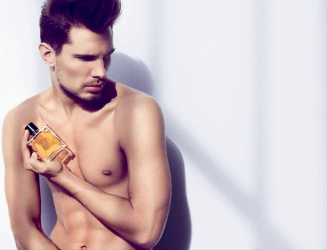 Balistarz-model-Tobi-Klanner-commercial-shot-holding-men-parfume-on-hand-out-door-setting