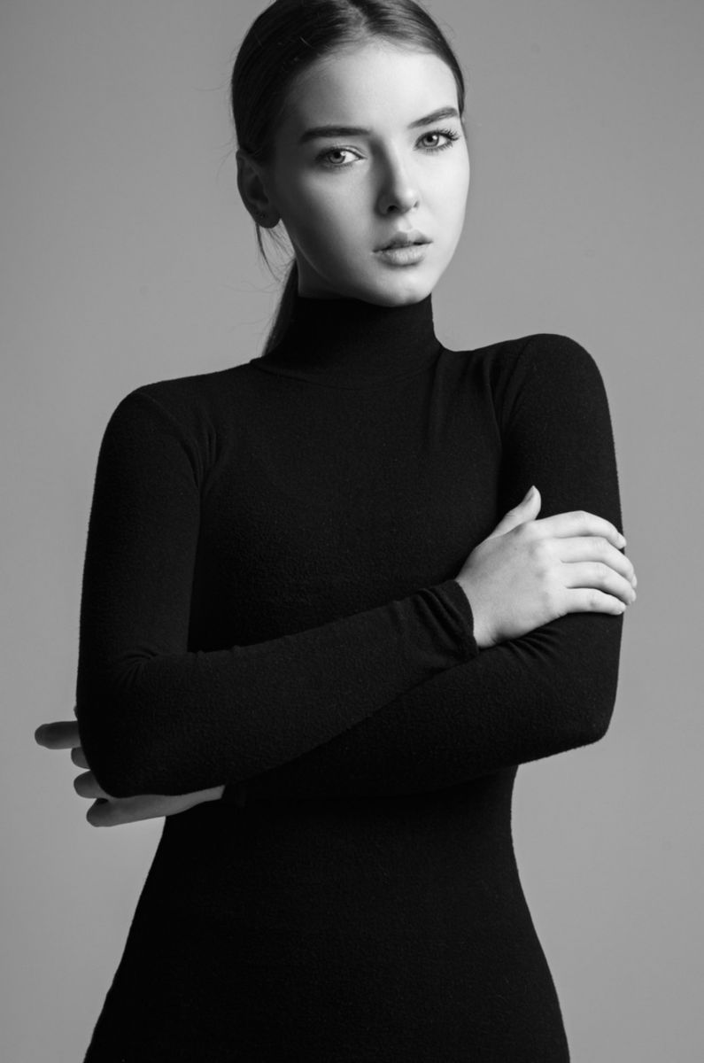 Balistarz-model-Valeriya-Praka-black-white-profile-shoot-in-black-turtleneck