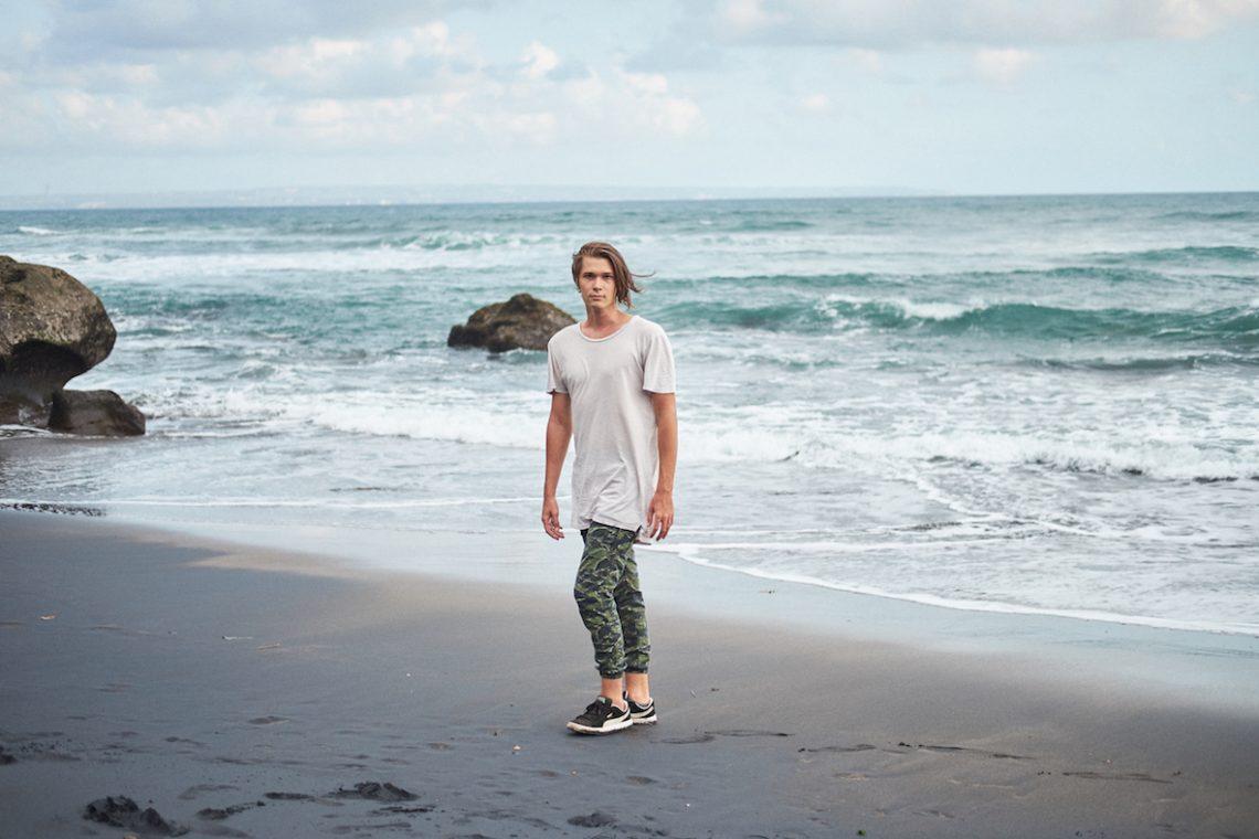 Balistarz-model-Vladislav-Shemyakin-black-and-white-landscape-shoot-running-on-the-beach