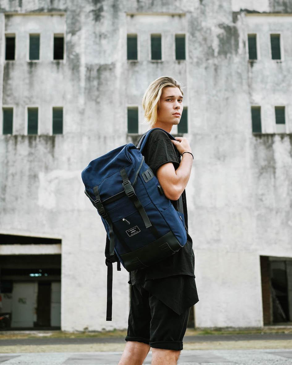 Balistarz-model-Vladislav-Shemyakin-portrait-travel-shoot-in-casual-wear-and-a-blue-bag