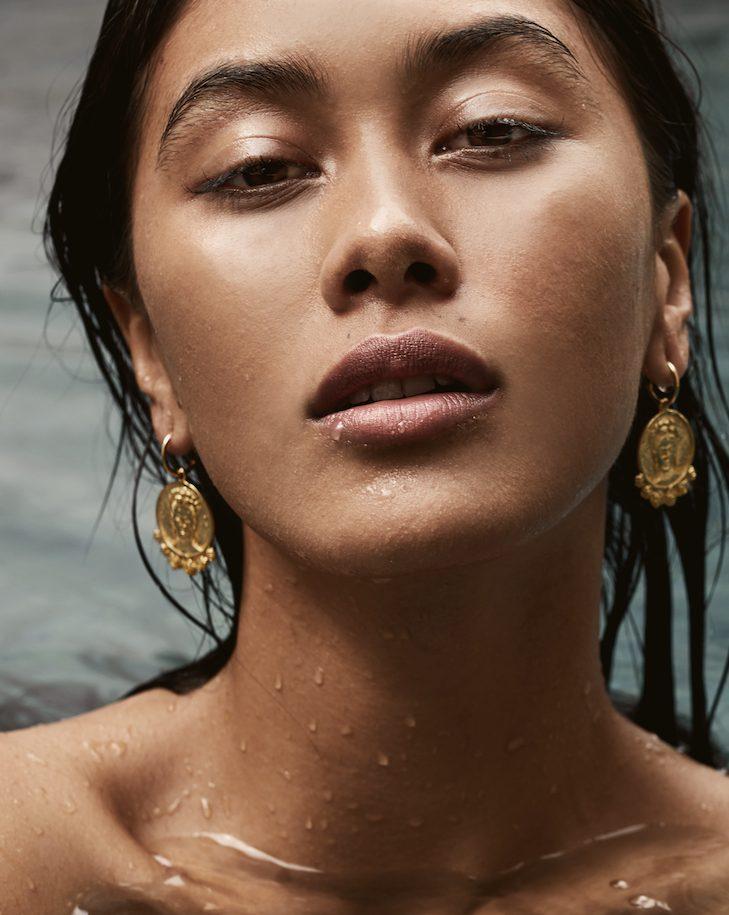 Balistarz-model-Eva-Kandra-headshot-portrait-shoot-in-the-water-with-golden-accessories